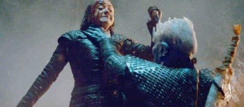 Arya tenta golpear o Rei da Noite. (Reprodução/ HBO)