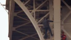 Un hombre escala la Torre Eiffel y evacúan el monumento