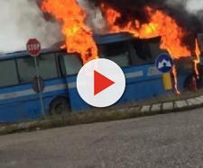 Rovigo, bus va a fuoco durante la marcia, a bordo 20 studenti: tutti salvi