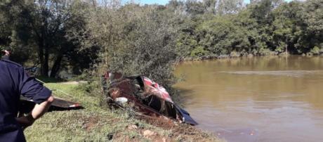 O carro onde estavam as vítimas foi içado pela polícia. (Divulgação/Polícia Militar)