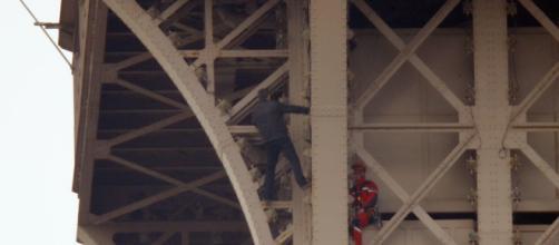 Cierran la Torre Eiffel por un hombre que estaba escalando por la estructura