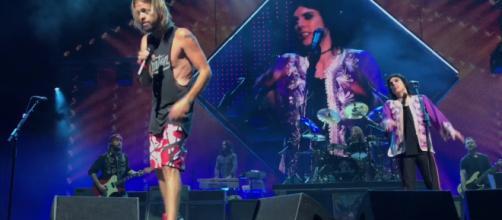 Foo Fighters suonano Under Pressure con il cantante degli Struts