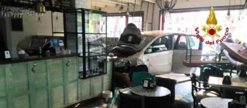 Vicenza, auto finisce in una pasticceria a Bassano del Grappa: danni ma nessun ferito