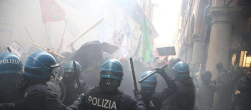 Forza Nuova a Bologna, scontri tra polizia e collettivi di sinistra: signora buttata a terra - mediaset.it