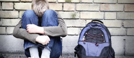 Pavia, 15enne picchiato in classe dai compagni: rischia di perdere un occhio