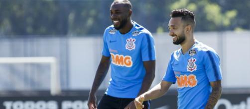 Zagueiro Manoel (à esq.) levou um pisão durante um dos treinos e dará lugar a Marllon. (Divulgação/Rodrigo Gazzanel/Agência Corinthians)