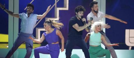 """Miki, representante de España en Eurovisión 2019, canta """"La venda"""" en Tel Aviv el pasado sábado. / AP"""