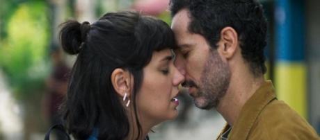 Sara recupera a memória e se declara para Ali na novela 'Órfãos da Terra'. (Reprodução/TV Globo)