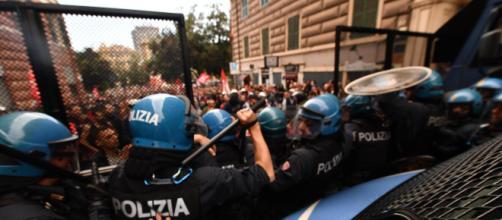 Genova, giornalista picchiato dai poliziotti - blitzquotidiano.it