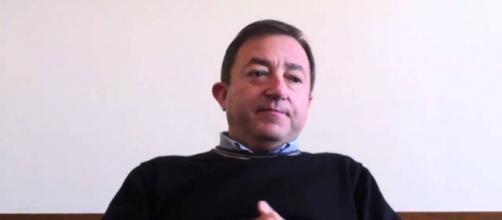 Padre Massimo Nevola critica Matteo Salvini col rosario