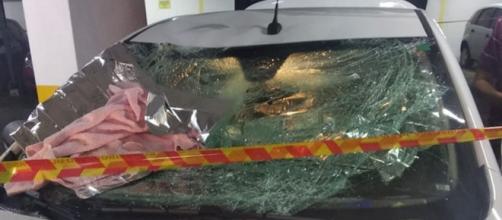 Para-brisa de carro que amorteceu queda de criança ficou destruído. (Reprodução/Polícia Militar)
