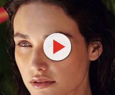 """Débora Nascimento está no ar na novela """"Verão 90"""", dando vida à Gisela. (Reprodução/Instagram/@debranascimento)"""