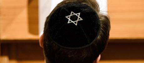 Germania, il governo consiglia agli ebrei di non indossare la kippah: 'E' pericoloso'