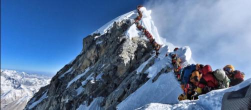Foto que correu o mundo com supelotação ao pico do Monte Everest. (Arquivo Blasting News)