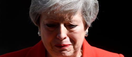La primera ministra británica Theresa May presentó su renuncia y acabó llorando.