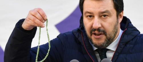 Salvini durante un comizio con il rosario in mano . foto - giornalettismo.com