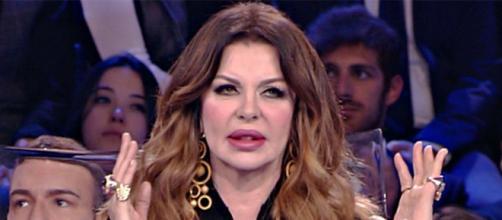 Alba Parietti perde la pazienza di fronte ad una anziana fascista