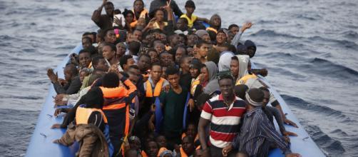 Migranti, barcone in difficoltà al largo della Libia, una bimba è morta