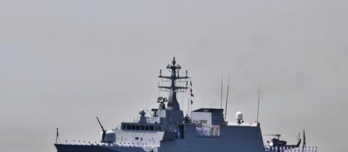 Migranti, nave militare salva i migranti sul gommone in difficoltà