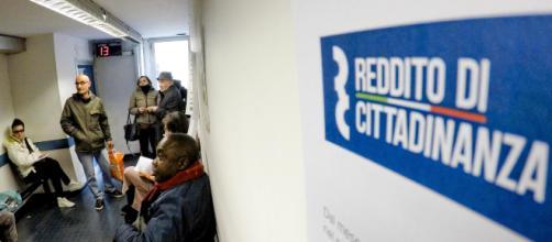 Reddito di cittadinanza, cards a secco e ritardi nei pagamenti: proteste dei beneficiari