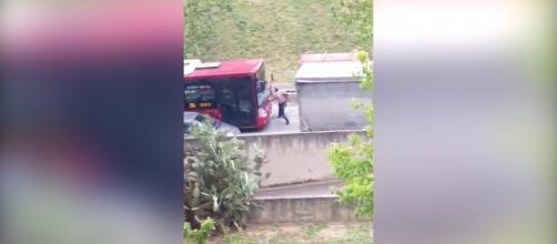 Roma, bus Atac tenta di investire un pedone a Corviale - IlGiornale.it - ilgiornale.it