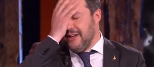Matteo Salvini trova la replica dei presidi sul grembiule a scuola.