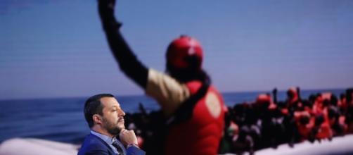 Migranti, Salvini dimezza le risorse e la Caritas lascia l'accoglienza: è polemica