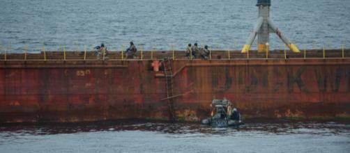 Los infantes de marina del Serviola asaltan el Blue Martin para liberar a su tripulación