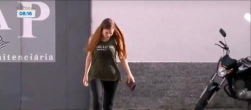 Suzane e outras detentas deixam a penitenciária de Tremembé para a 'saidinha' do Dia das Mães. (Reprodução/ Record TV)