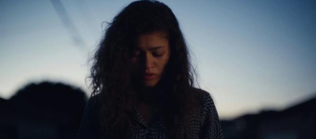 La actriz Zendaya interpretando a Rue en Euphoria, imagen del trailer de YouTube de Hbo España