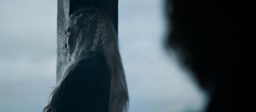Daenerys con gli occhi chiusi distrutta dal dolore