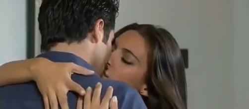 Ana Paula e Gustavo se beijam. (Reprodução/Televisa)