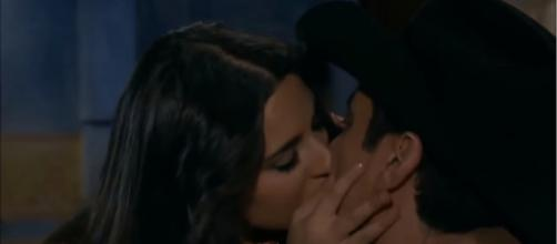 Ana Paula e Rogério se beijam. (Reprodução/Televisa)