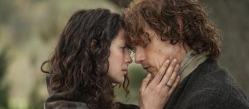 Caitriona Balfe e Sam Heughan interpretam um casal apaixonado em 'Outlander'. (Arquivo Blasting News)