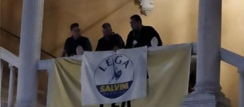 Militanti Lega festeggiano coprendo striscione per Giulio Regeni