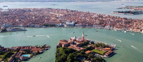 Venezia, piccola imbarcazione si ribalta in laguna: ci sono 4 feriti
