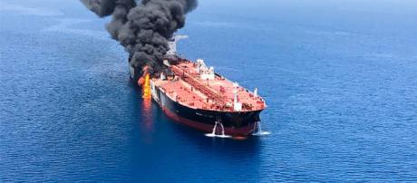 Attacco a petroliere nel Golfo dell'Oman, tensione Iran-Usa - fanpage.it