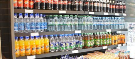 En las tiendas de comestibles usualmente abundan muchos tipos de bebidas. - pxhere.com