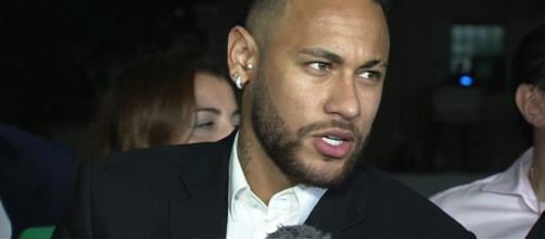 Jogador conversou com a imprensa após deixar delegacia. (Reprodução/TV Globo)