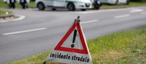 Lecce, si ribalta con l'auto in pieno centro abitato: coinvolti tre veicoli, due feriti non gravi