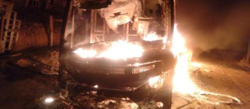 Ônibus é incendiado em Alumínio. (Reprodução/Arquivo pessoal)