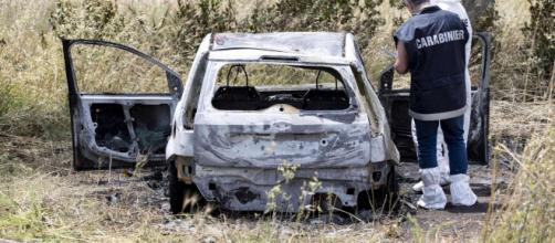 Torvaianica, l'auto a bordo della quale sono stati trovati ieri mattina i corpi carbonizzati di un uomo e di una donna (Mediaset).