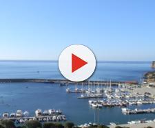 Tragedia al porticciolo di Teulada, in provincia di Cagliari: un'anziana paraplegica è finita in mare con la sedia a rotelle ed è morta.