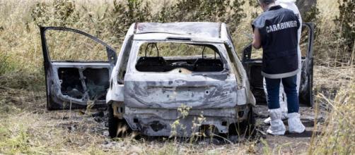 Ancora irrisolto il giallo di Torvaianica: venerdì mattina sono stati trovati in un'auto i corpi carbonizzati di un uomo e di una donna.