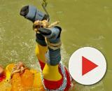 A Calcutta un illusionista è scomparso nelle acque del fiume locale dopo essersi fatto legare mani e piedi per replicare un trucco di Houdini.