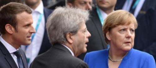 Angela Merkel insieme all'ex premier italiano Gentiloni e al Presidente francese Macron