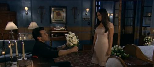 Rogério dá flores a Ana Paula. (Reprodução/Televisa)
