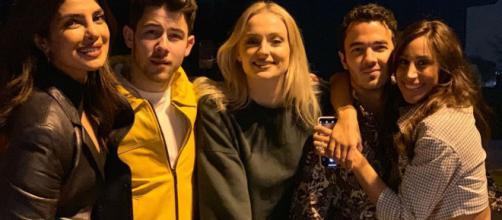 Las parejas de los Jonas Brothers comparten foto de familia