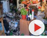 Bari, anziano vive in casa sepolto dai suoi stessi rifiuti: al via la bonifica