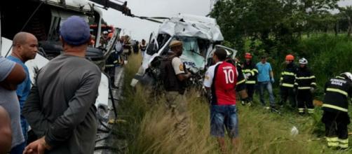 Van ficou destruída com a batida. (Reprodução/TV Subaé)
